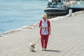 Senior woman and her dog — Stockfoto