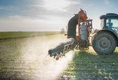 Traktor postřik pesticidy — Stock fotografie