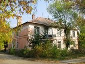 Starý jednopatrový dům v krasnodon na ukrajině — Stock fotografie