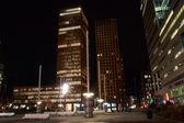 Kontorsbyggnader i amsterdam på natten, nederländerna — Stockfoto