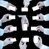 Set di mano tenendo una scheda vuota di business su sfondo nero — Foto Stock
