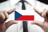 Affärsman som innehar ett visitkort med en Tjeckien flagga — Stockfoto