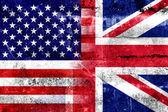 グランジの壁に描かれた米国およびイギリスの旗 — ストック写真
