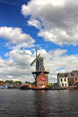 Scenic Dutch Windmill By The River In Haarlem, The Netherlands — Stock Photo