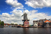 Scenic Dutch Windmill By The River In Haarlem, The Netherlands — Stok fotoğraf