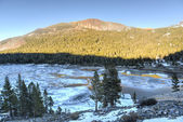 Tioga Lake as it thaws at sunset,  Yosemite National Park. — Foto de Stock