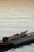 Kanot i dockan solnedgång bakrund — Stockfoto