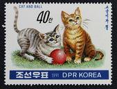 Francobollo con l'immagine di un gattino che gioca con una palla — Foto Stock