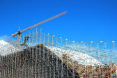 High-rise construction of scaffolding against a blue sky — Stock Photo