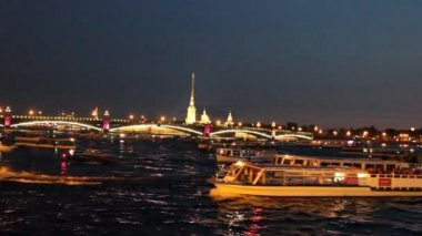 Night movement of boats on the Neva River in St. Petersburg — Stock Video