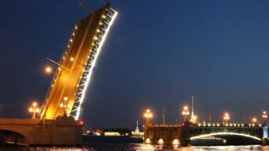 The drawbridge in St. Petersburg at night — Stock Video