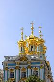 Goldenen kuppeln der kirche große katharinenpalast in st. — Stockfoto