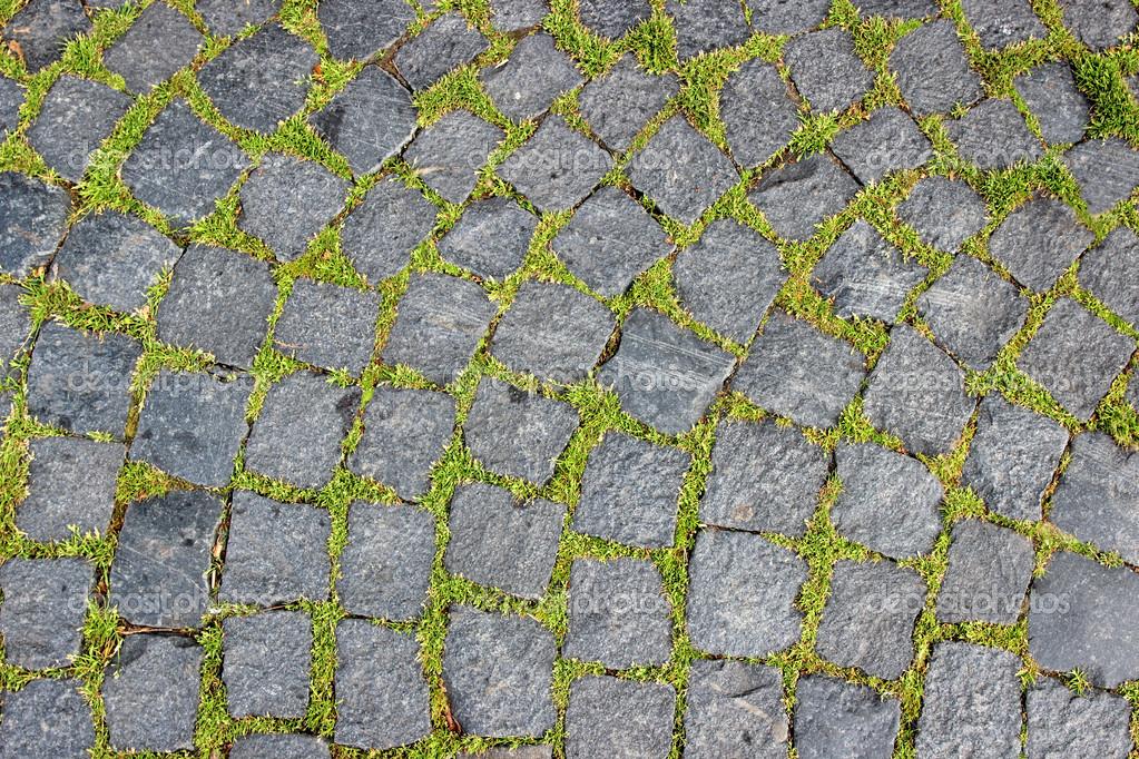 La formaci n de adoquines de granito y hierba verde hace - Adoquines de granito ...