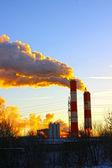 Dym kominy fabryki powstanie w niebo — Zdjęcie stockowe