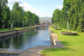 Fountains and a large cascade in Peterhof — Foto Stock