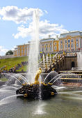 Fountains and a large cascade in Peterhof — Foto de Stock