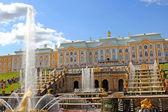 喷泉和大的叶栅在彼得夏宫 — 图库照片