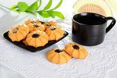 Sušenky s čajem na krajky ubrousek — Stock fotografie