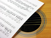 A Note and guitar — Stockfoto