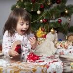dívka s dárkem pod vánoční stromeček — Stock fotografie
