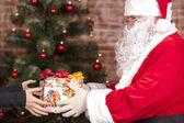 санта-клаус приносит рождественский подарок — Стоковое фото