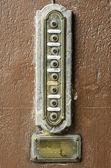 茶色の背景にレトロなセキュリティ ドア電話. — ストック写真