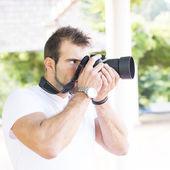 Fotógrafo con cámara profesional. — Foto de Stock