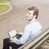 Park adam dizüstü bilgisayar. — Stok fotoğraf