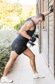 Man exercising dumbbells outdoor. — Stockfoto