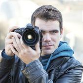 Porträt des Fotografen mit professionellen Kamera. — Stockfoto