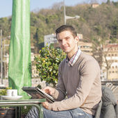 Man sitting in the terrace restaurant and laptop computer. — Stock Photo