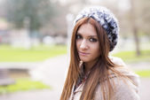 Portrait of attractive girl with bonnet in the park. — Stock Photo