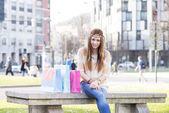 Smiling hippie girl with shopping bags in the street. — Foto Stock
