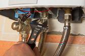 Reparatur von gas-wasser-heizung mit verstellbarer schraubenschlüssel — Stockfoto