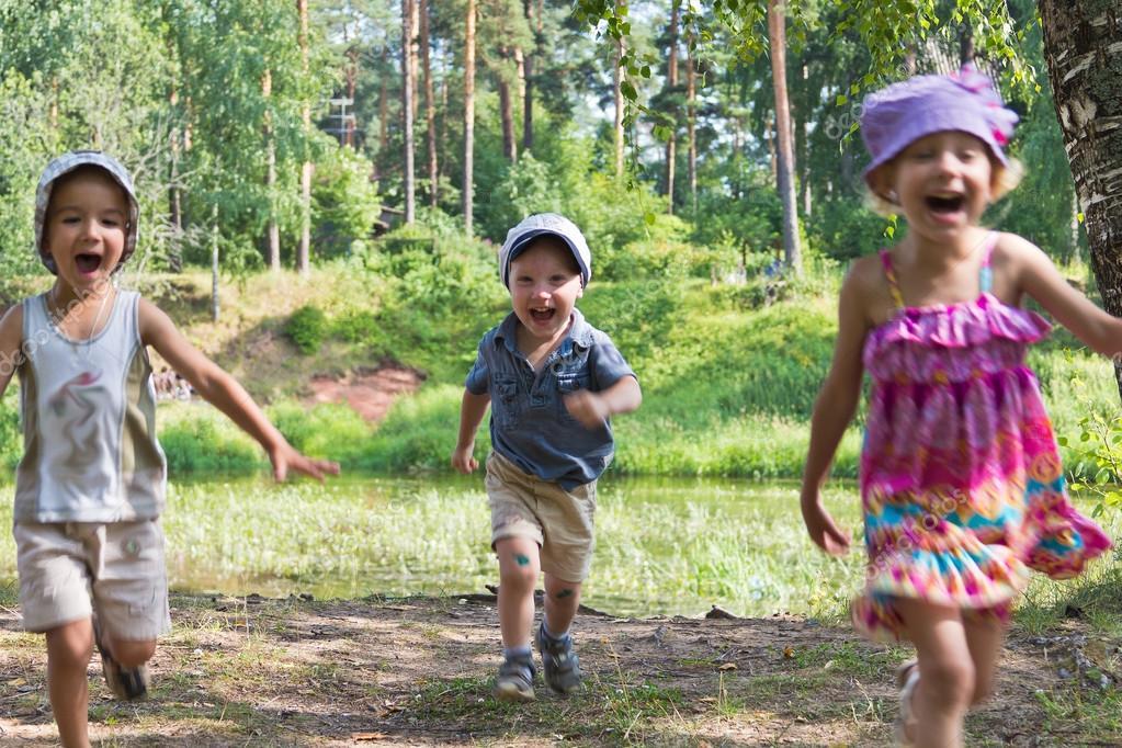 Картинки трое детей на природе