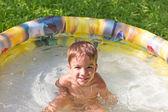 Garçon souriant dans la piscine — Photo