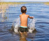 Портрет мальчика плавание и впрыскивая — Стоковое фото