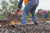 Los trabajadores estaban cortando las pistas para el mantenimiento. — Foto de Stock