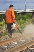 Trabajadores de limpiar las pistas para el mantenimiento. — Foto de Stock