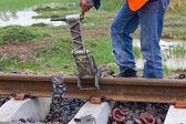 Trabajadores preparando el equipo para el mantenimiento de la vía férrea — Foto de Stock