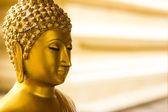 Altın buddha heykeli siyah arka plan üzerine. — Stok fotoğraf