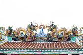Statue de dragon coloré sur le toit de temple de chine sur blanc. — Photo