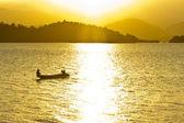 Gün batımında küçük balıkçı teknesi. — Stok fotoğraf