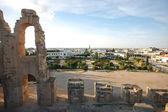 El Djem, Amphitheatre with city skyline — Stock Photo