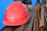 Rode helm en ijzeren staven voor bouw — Stockfoto