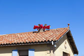 Fire siren on house roof — Stock Photo