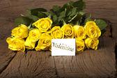 """Blumen und eine Karte, die """"be my valentine"""" — Stockfoto"""
