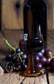 Garrafa e copo de vinho vermelho — Foto Stock