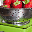 Weigh strawberries on a kitchen scale — Stock Photo