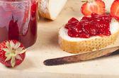 Jordgubbssylt på färskt vitt bröd — Stockfoto